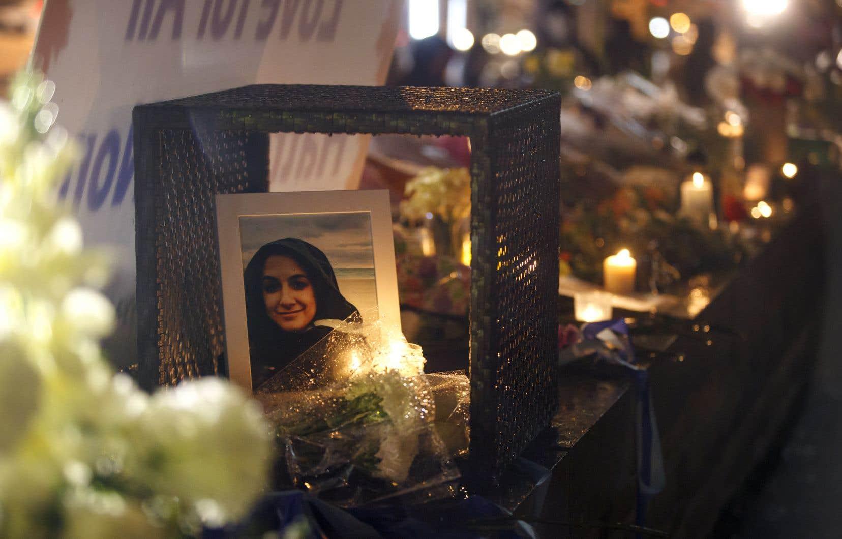 Une photo d'Anne Marie D'Amico, l'une des victimes, a été déposée au milieu des fleurs sur un lieu de recueillement.