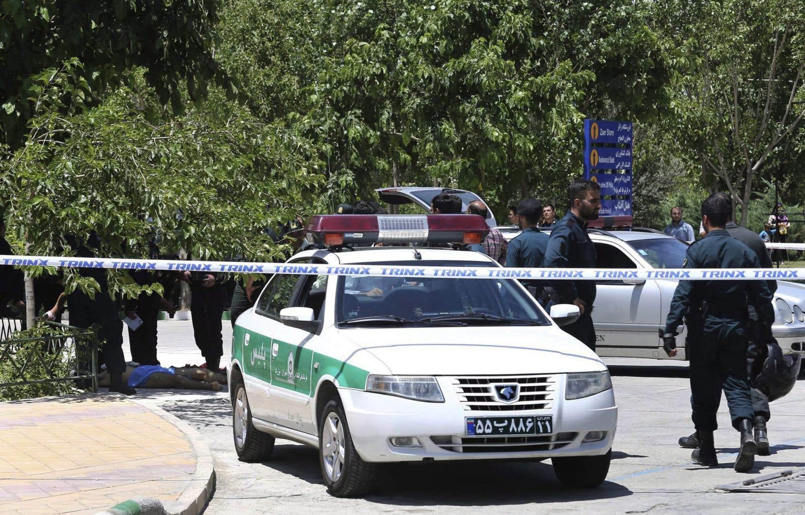 Des agents examinent des indices à Téhéran à la suite d'une attaque perpétrée à proximité du parlement iranien, le 7 juin 2018.