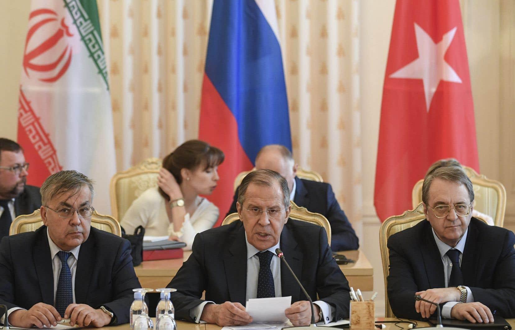 Le ministre russe des Affaires étrangères, Sergueï Lavrov (au centre), s'exprime lors d'une rencontre avec ses homologues Mevlüt Cavusogluet Mohammad Javad Zarif à Moscou, samedi.
