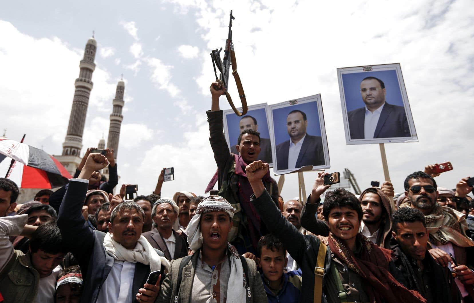 Des manifestants brandissent le portrait du chef Houthi Saleh al-Samad,tuépar des frappes aériennes saoudiennes.