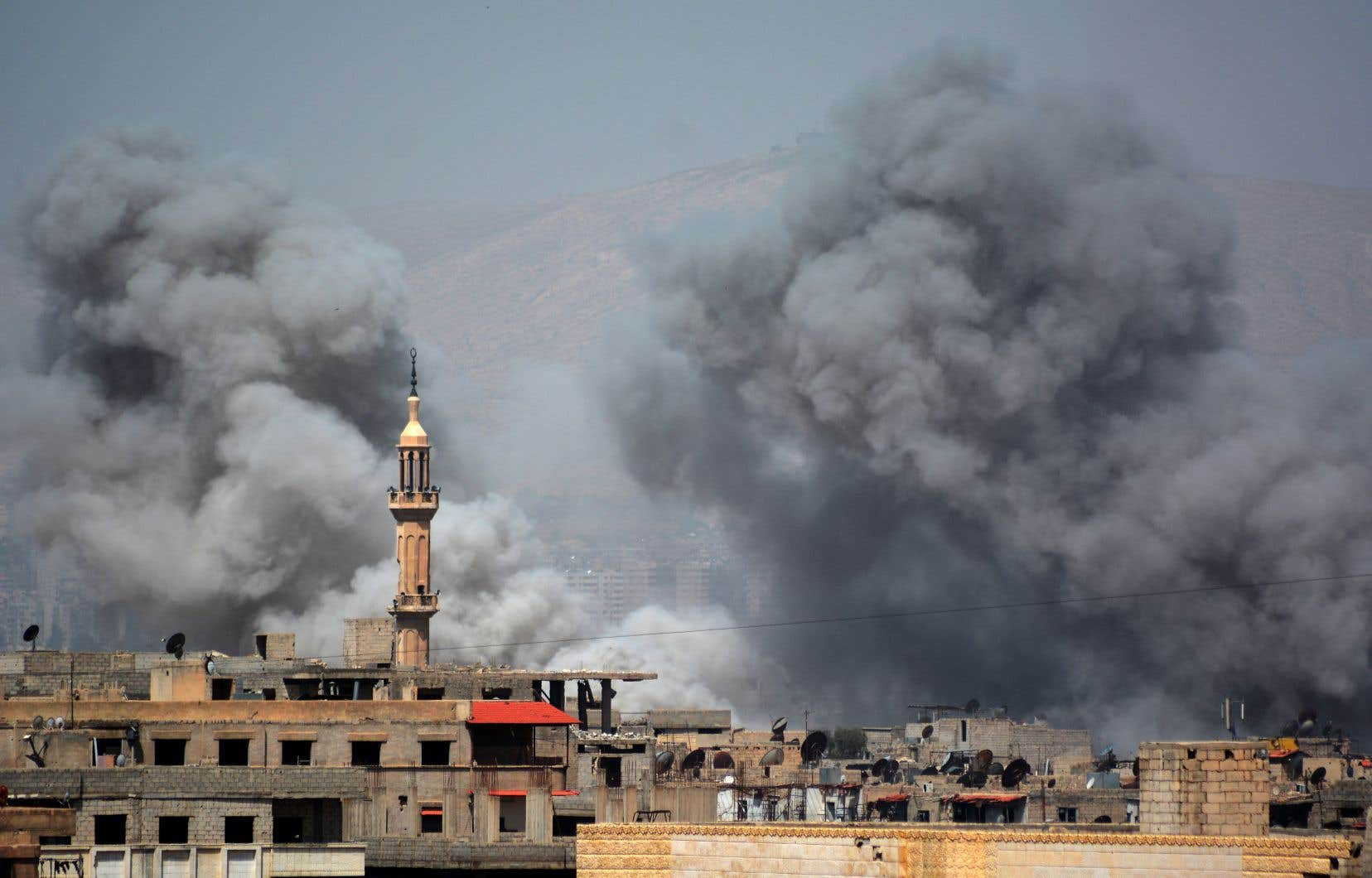 De la fumée s'échappe de Yarmouk, dans le sud de Damas.