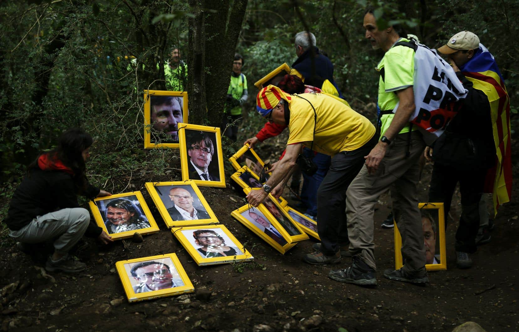 Des manifestants ont disposé des portraits des leaders indépendantistes sur la montagne de Montserrat, près de Barcelone, samedi.