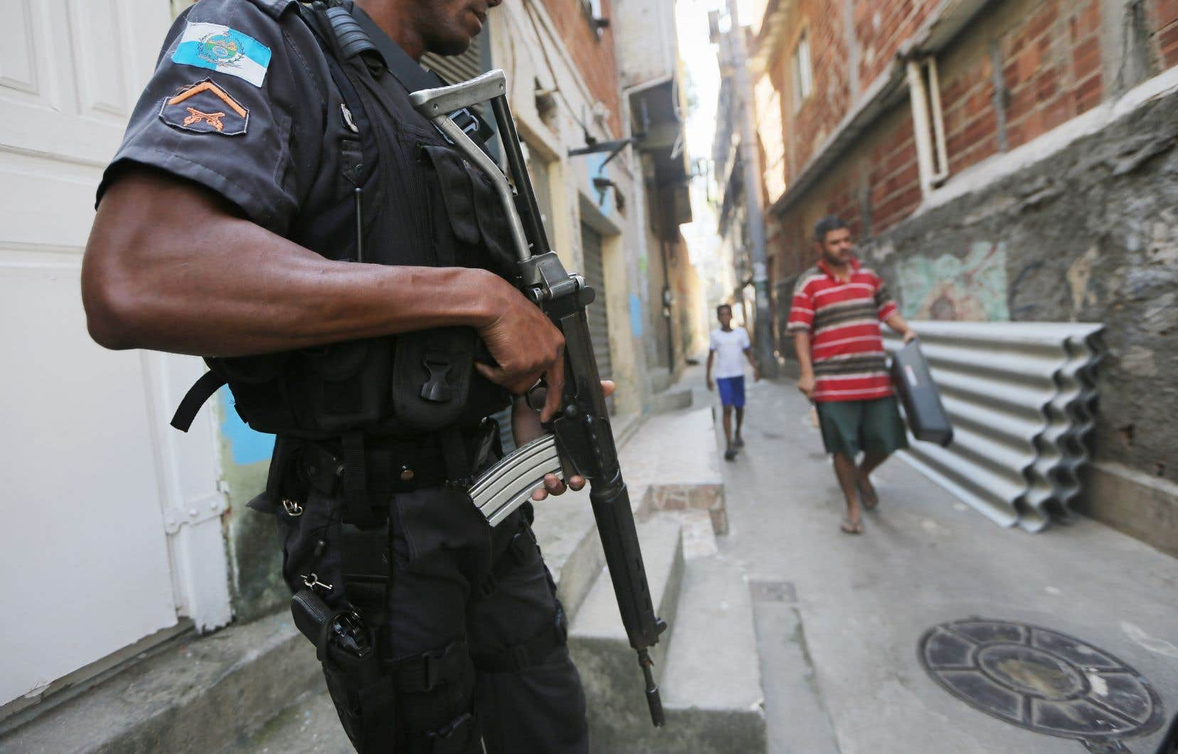 LesUnités de Police Pacificatrice se voulaient unepolice de proximité pour occuper des territoires considérés comme des zones de non-droit, souvent dominés par des narcotrafiquants.