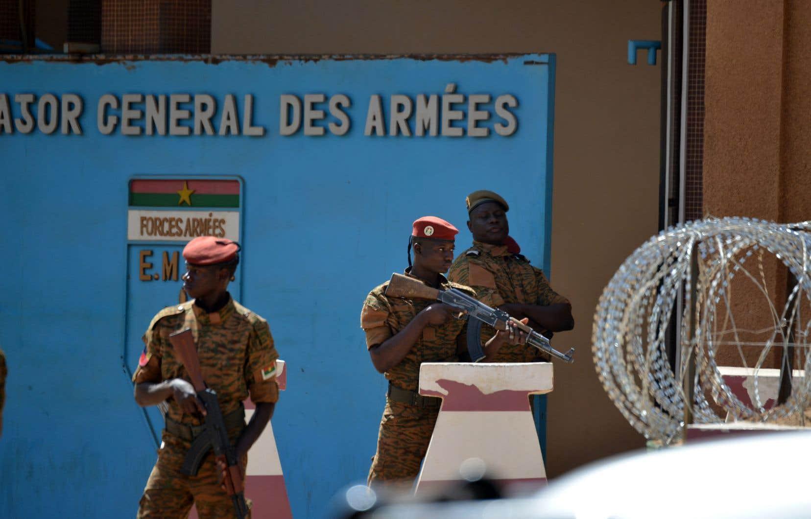 Des soldats patrouillent dans les rues de Ouagadougou, le 3 mars dernier, après que des dizaines de personnes eurent été tuées lors d'attaques commises contre l'ambassade de France et contre l'armée du pays.