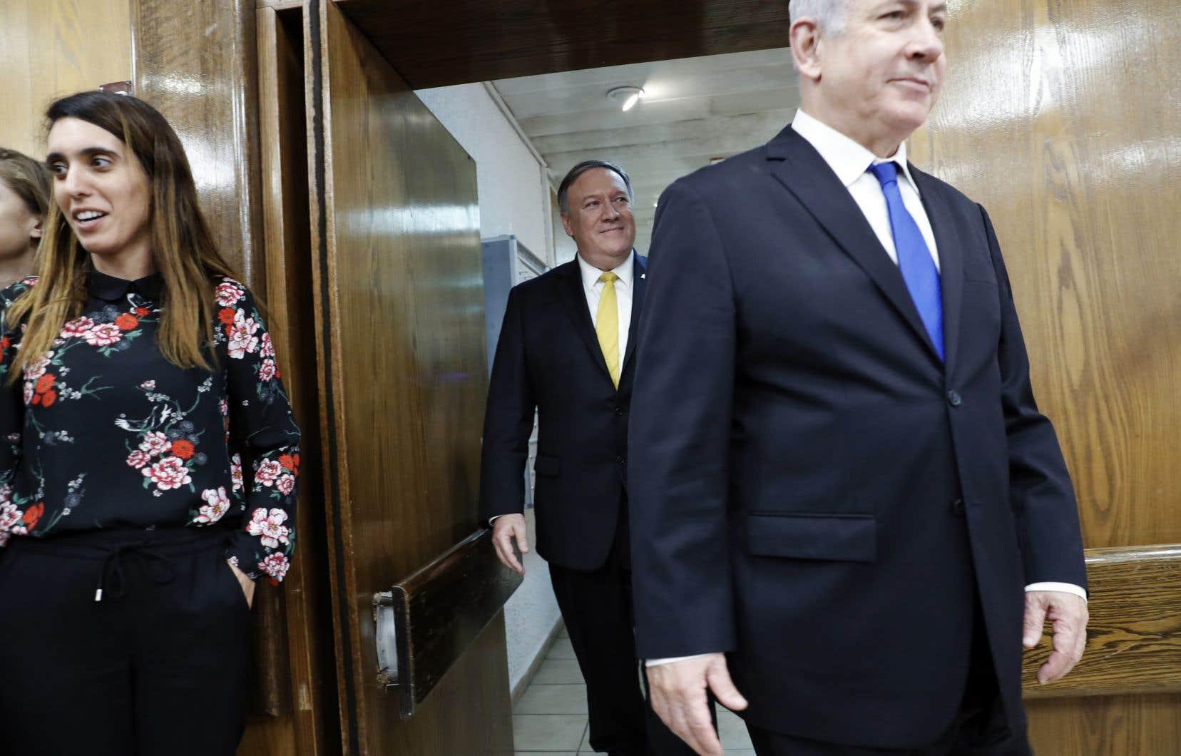 Le nouveau chef de la diplomatie américaine,Mike Pompeo (en arrière-plan), a atterri dimanche soir à Amman pour des entretiens lundi avec des responsables jordaniens.