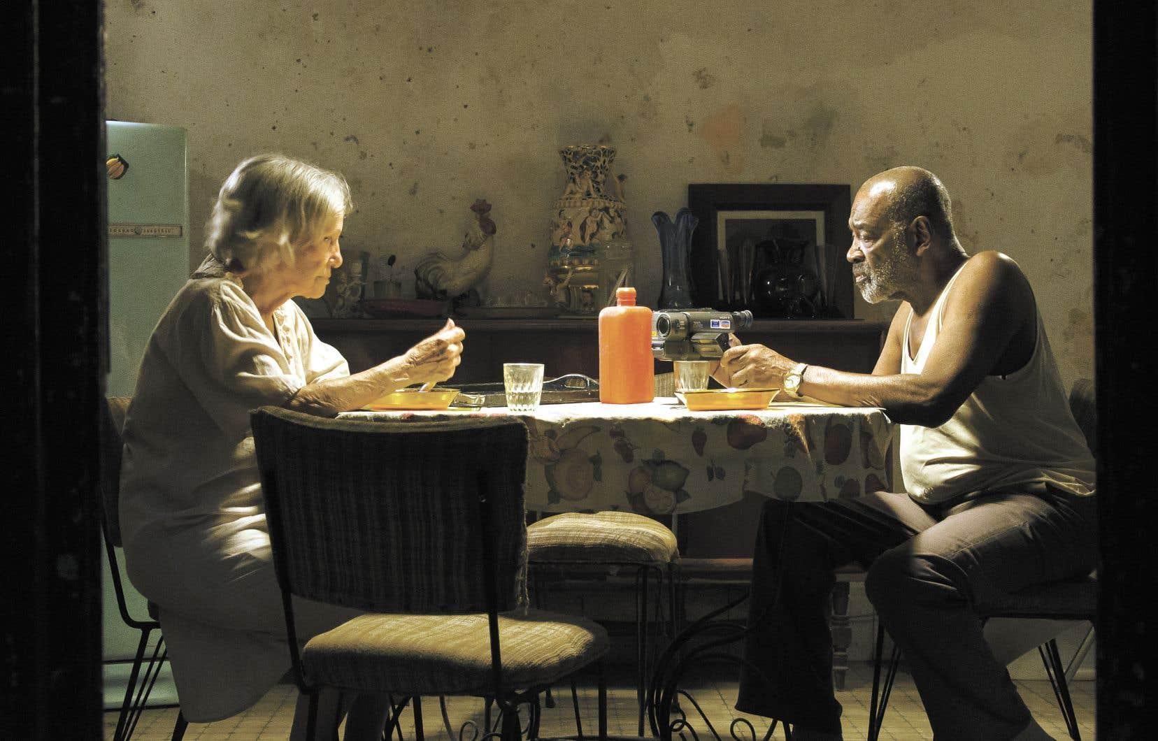 Verónica Lynn etAlden Knightsont merveilleux dans les rôles des vieux amants dans «Candelaria».