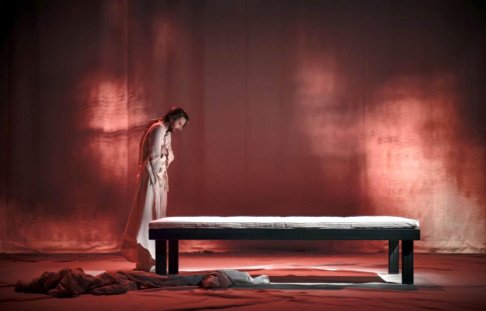 Après s'être glissé dans la peau d'Énée, de Caligula et d'Achille, voilà qu'Emmanuel Schwartz se mesure à Alexandre le Grand avec maestria.<br />