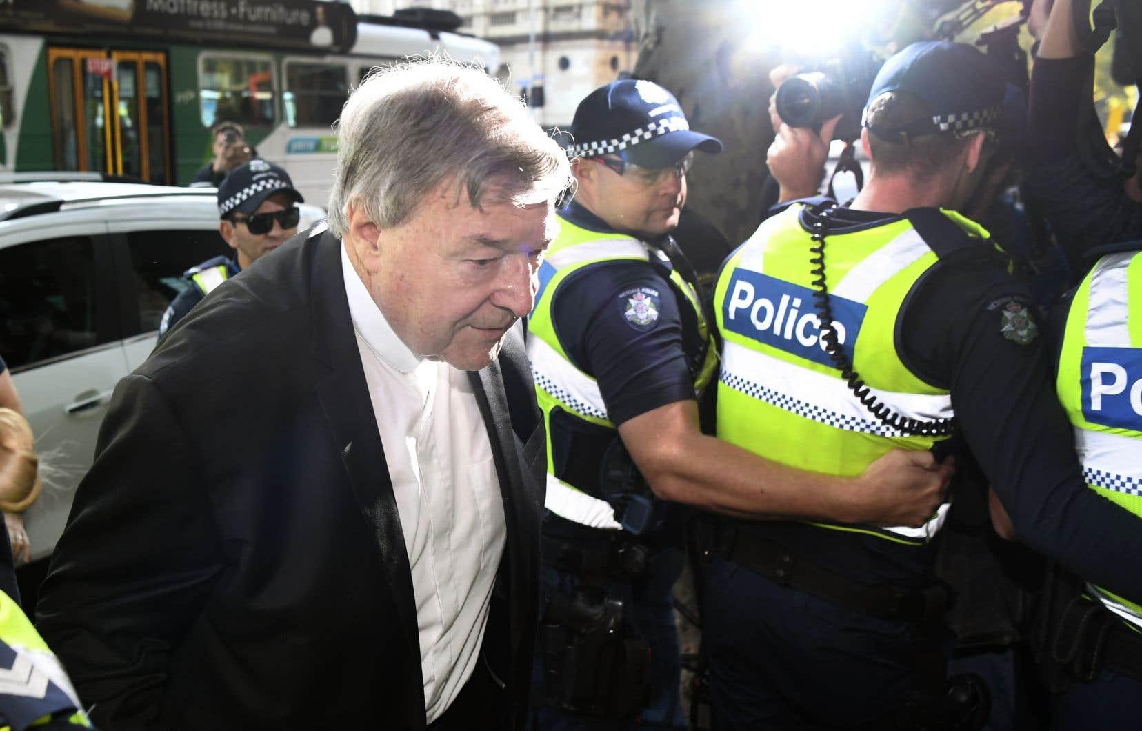 Le cardinal George Pell lors de son arrivée au tribunal sous escorte policière, lundi, à Melbourne