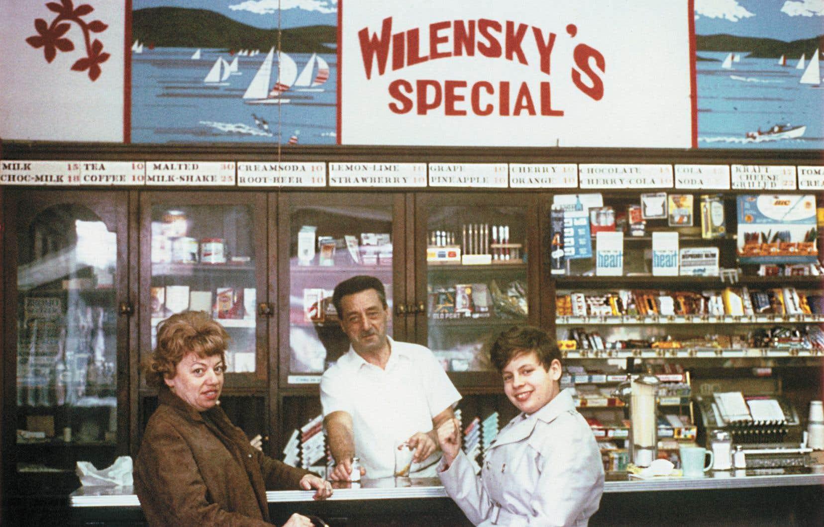 Moe Wilensky sert deux clientes dans son restaurant montréalais, en 1965.