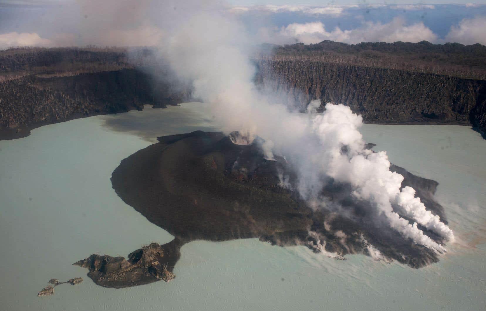 <p>L'île a été évacuée temporairement en septembre quand le cycle d'éruptions a repris.</p>