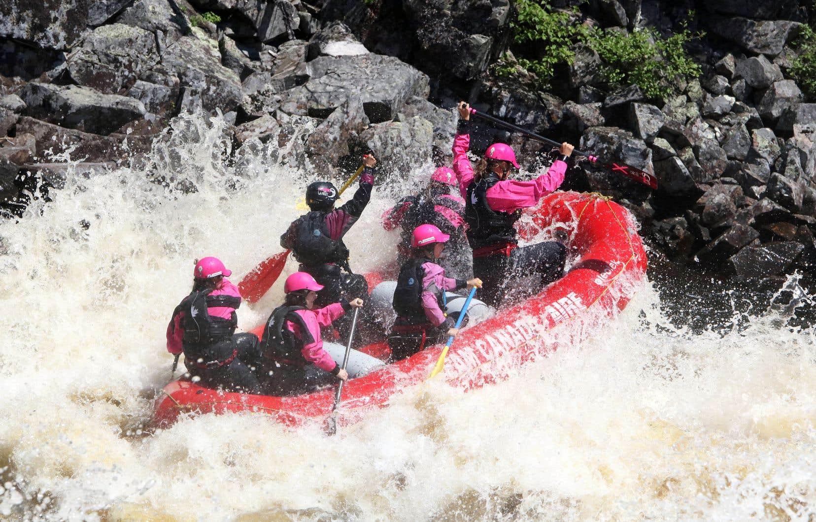 Rafting à l'événement Pink Water, «l'eau vive au féminin», créé au Saguenay–Lac-Saint-Jean en 2013 par de jeunes passionnées
