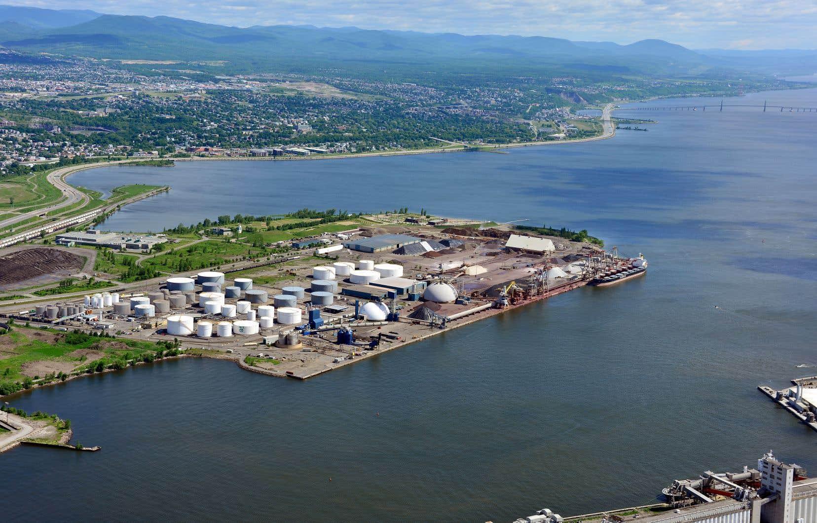 Le projet d'agrandissement du port de Québec comprend une avancée de 17 hectares sur le fleuve pour créer un terminal de conteneurs en eau profonde.