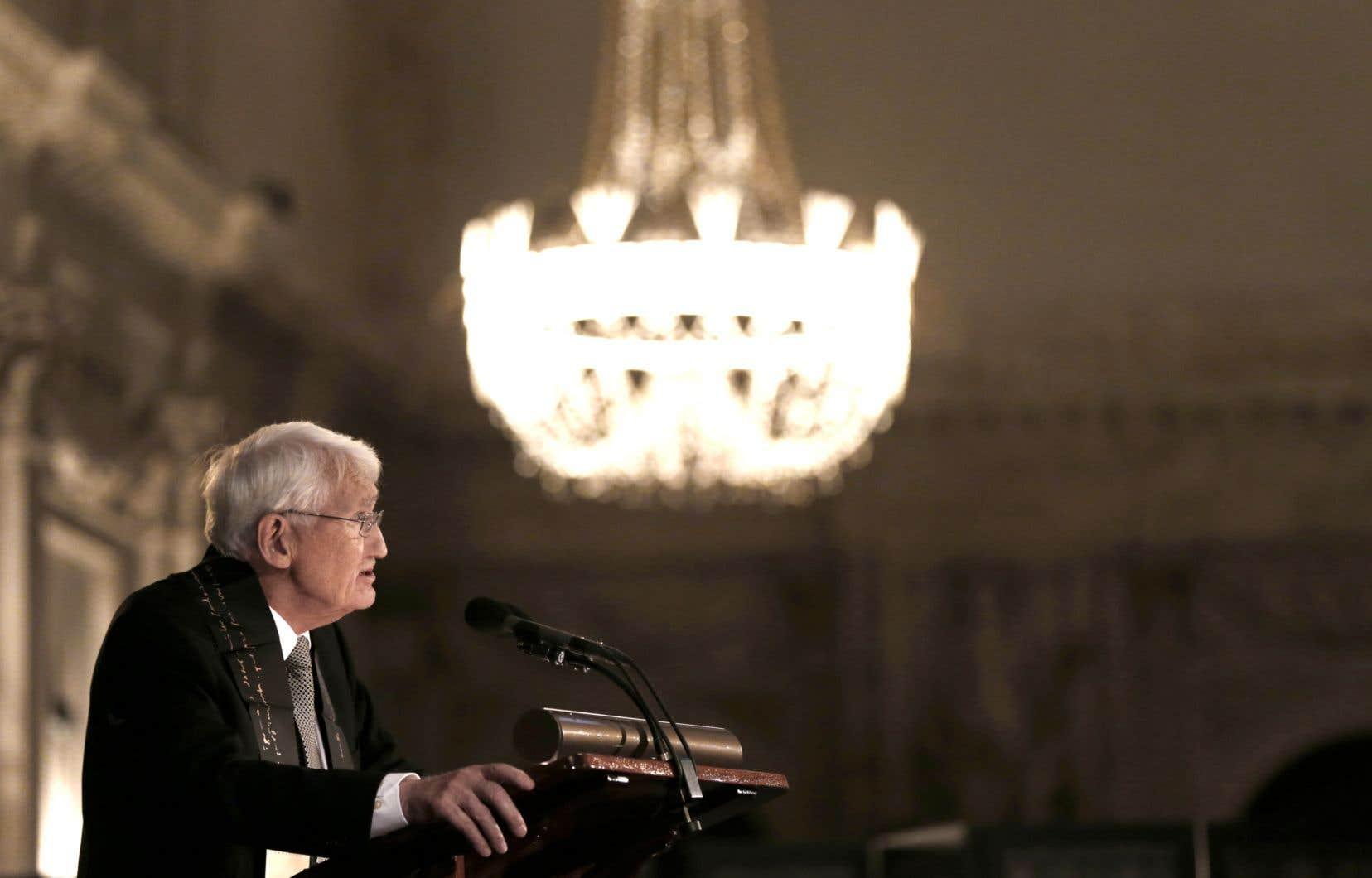 Le philosophe allemand Jürgen Habermas en 2013 alors qu'il livre un discours au palais royal à Amsterdam