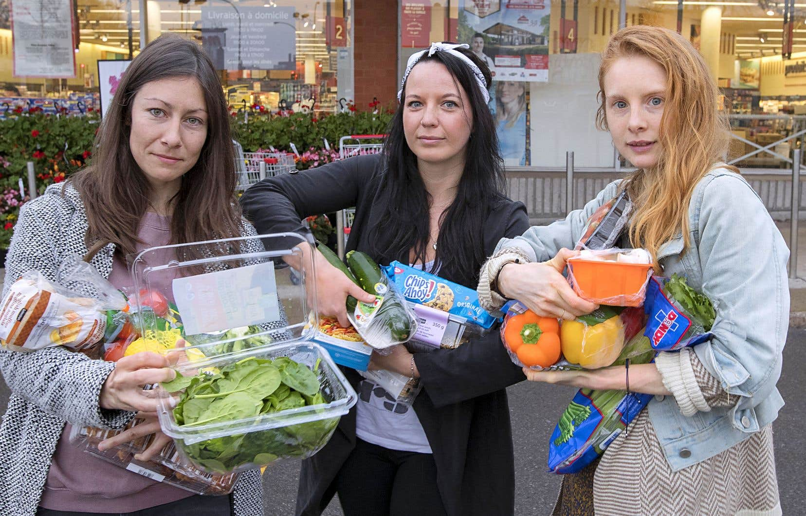 Caroline Thibault, Marie-Ève Bolduc-Lemoyne et Eva Franc ont préparé «une attaque au plastique» devant un supermarché de Rosemont pour rejoindre le mouvement mondial de lutte contre le suremballage des aliments.