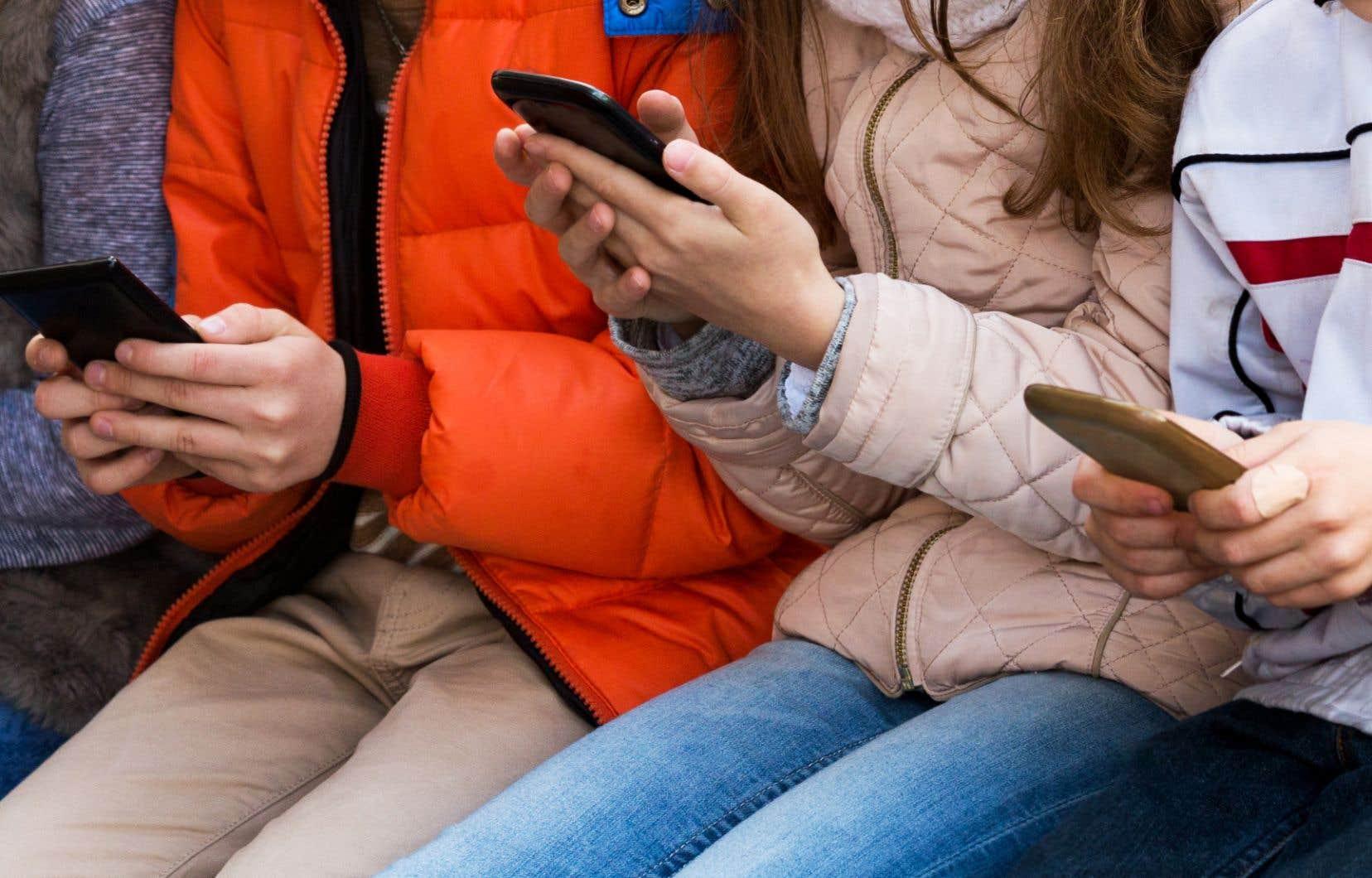 Le ministre de l'Éducation, Sébastien Proulx, a déclaré qu'il n'interdira pas l'utilisation des téléphones cellulaires en classe, comme c'est le cas en France.