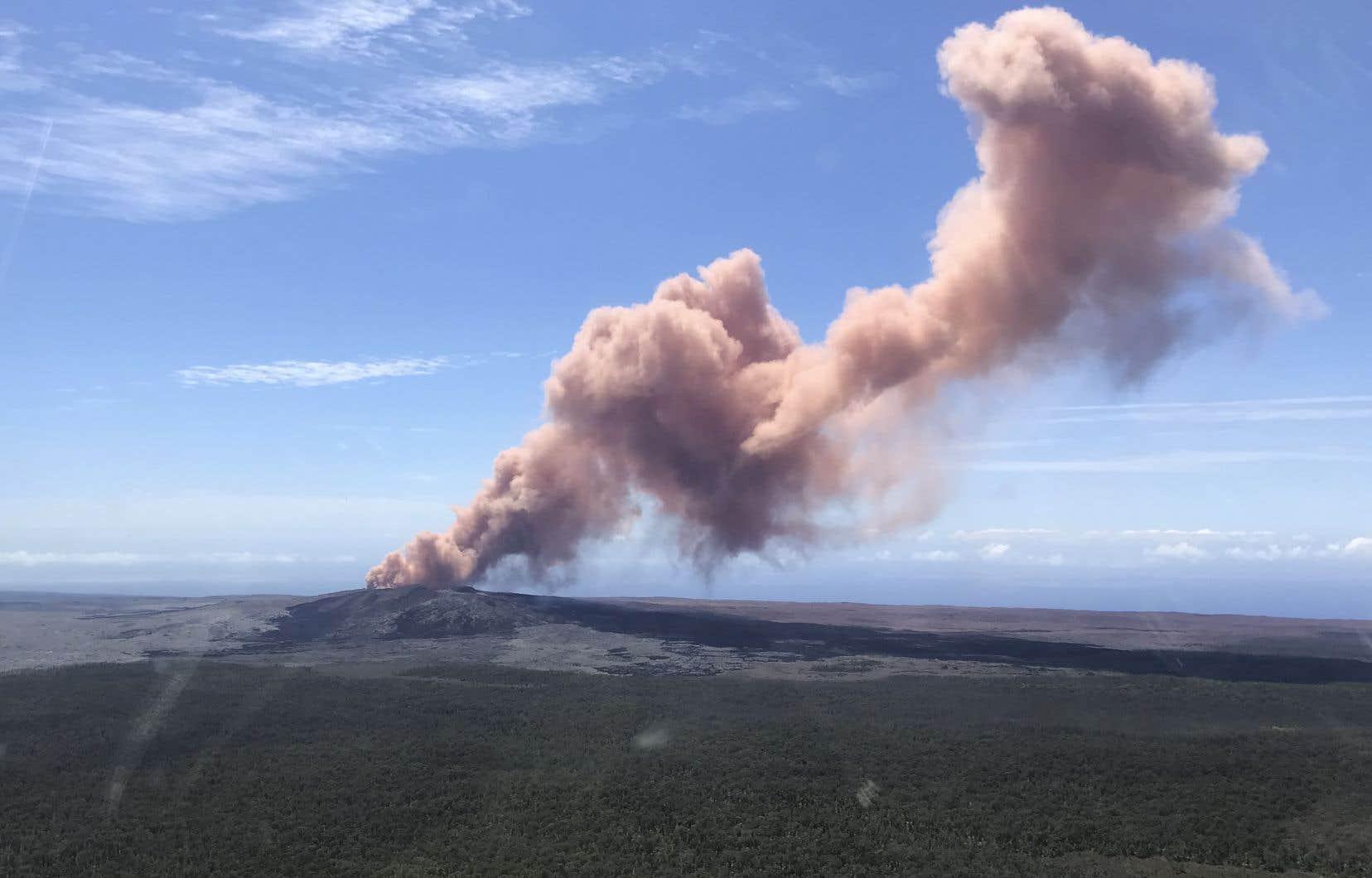 <p>Un immense jet de cendres rosâtres jaillitdu volcan et se dissipeen se déplaçant vers le sud-ouest du cône volcanique Puu Oo.</p>