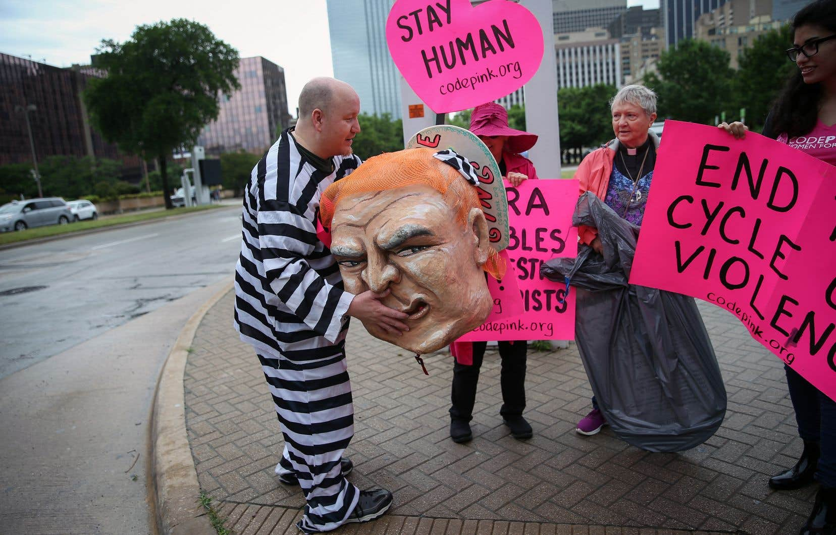Une manifestation s'est tenue devant les lieux de la convention.