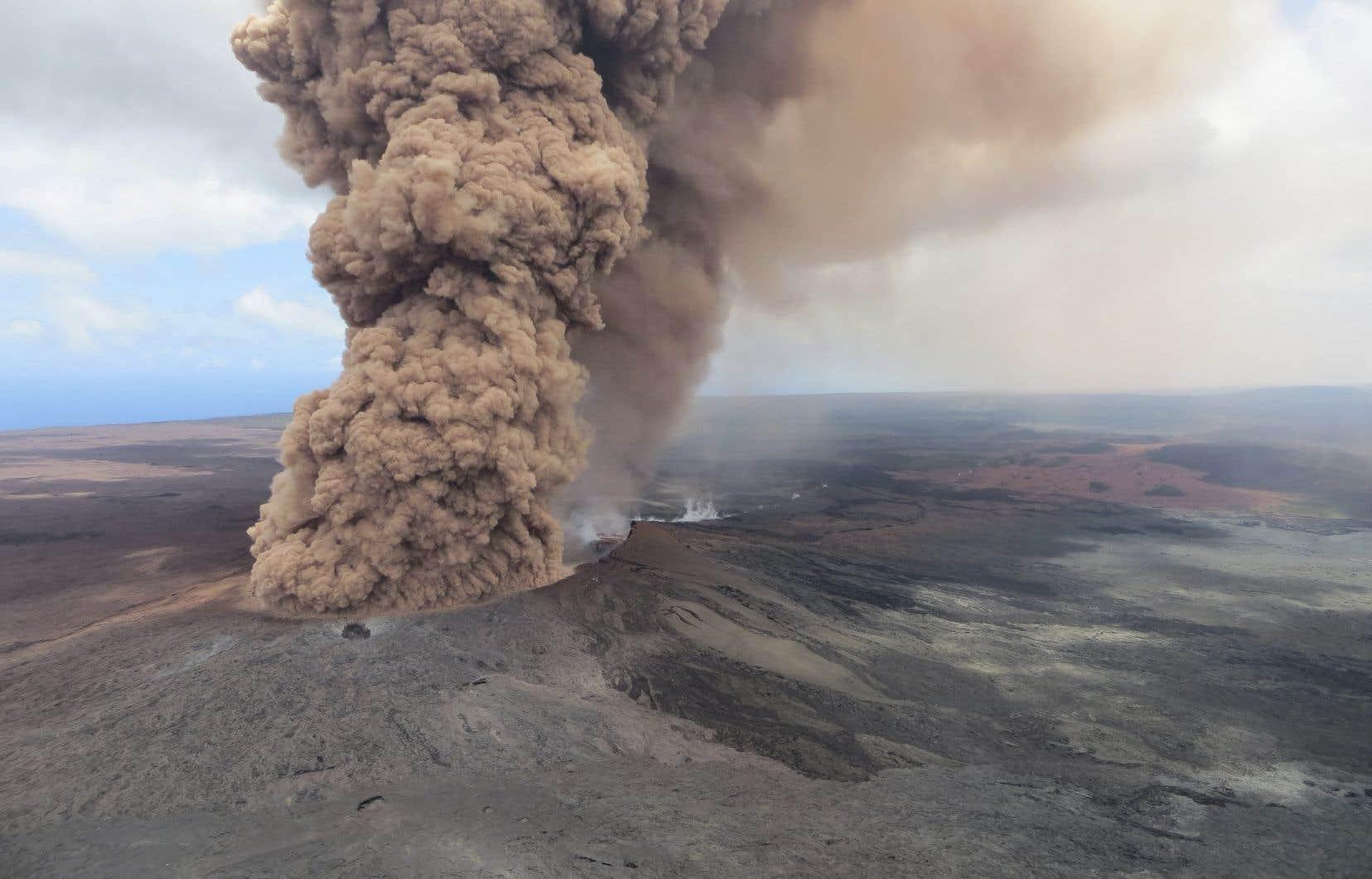 Le volcan Kilauea, qui culmine à 1247 mètres, est entré en éruption jeudi vers 16h45 locales (12h45 vendredi, heure de Montréal).
