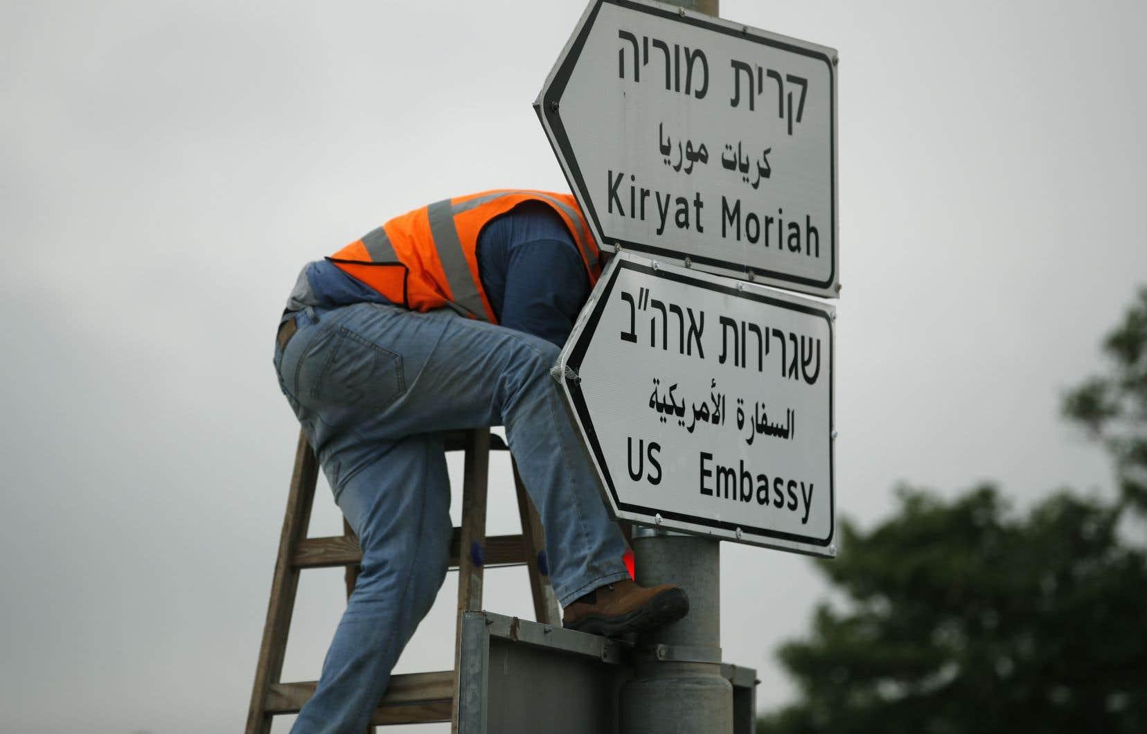 Des ouvriers ont accroché les panneaux indiquant « Ambassade des États-Unis » en hébreu, en arabe et en anglais.
