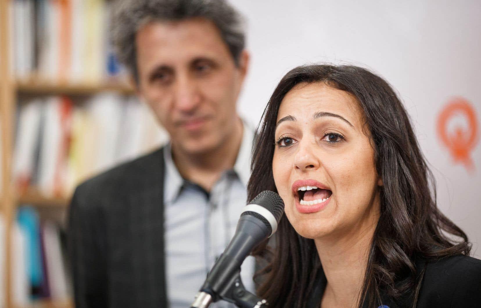 Appuyée par Amir Khadir, Ruba Ghazal a confirmé sa mise en candidature lundi matin dans une librairie de l'avenue du Mont-Royal.