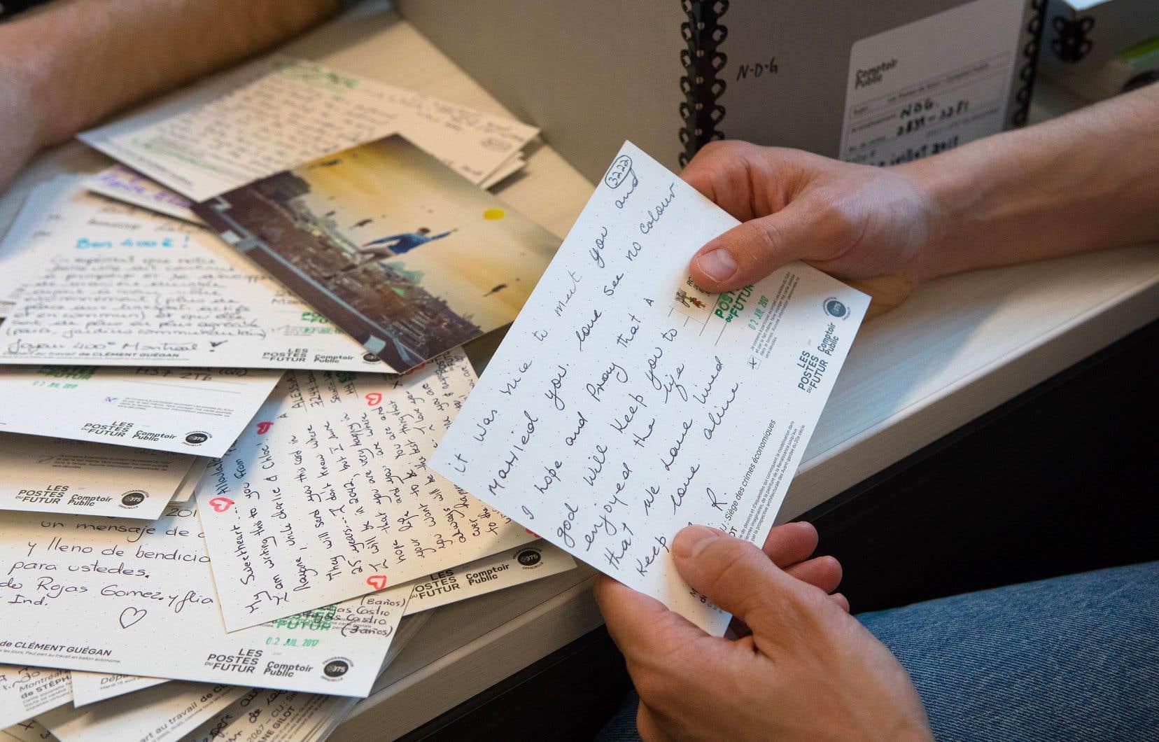 Certaines cartes postales abordent des sujets sociaux, d'autres sont davantage tournées vers des questions intimes.