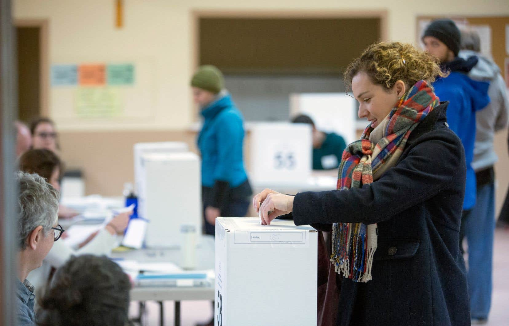 Les jeunes femmes votent plus que les jeunes hommes, selon le rapport de l'INM.