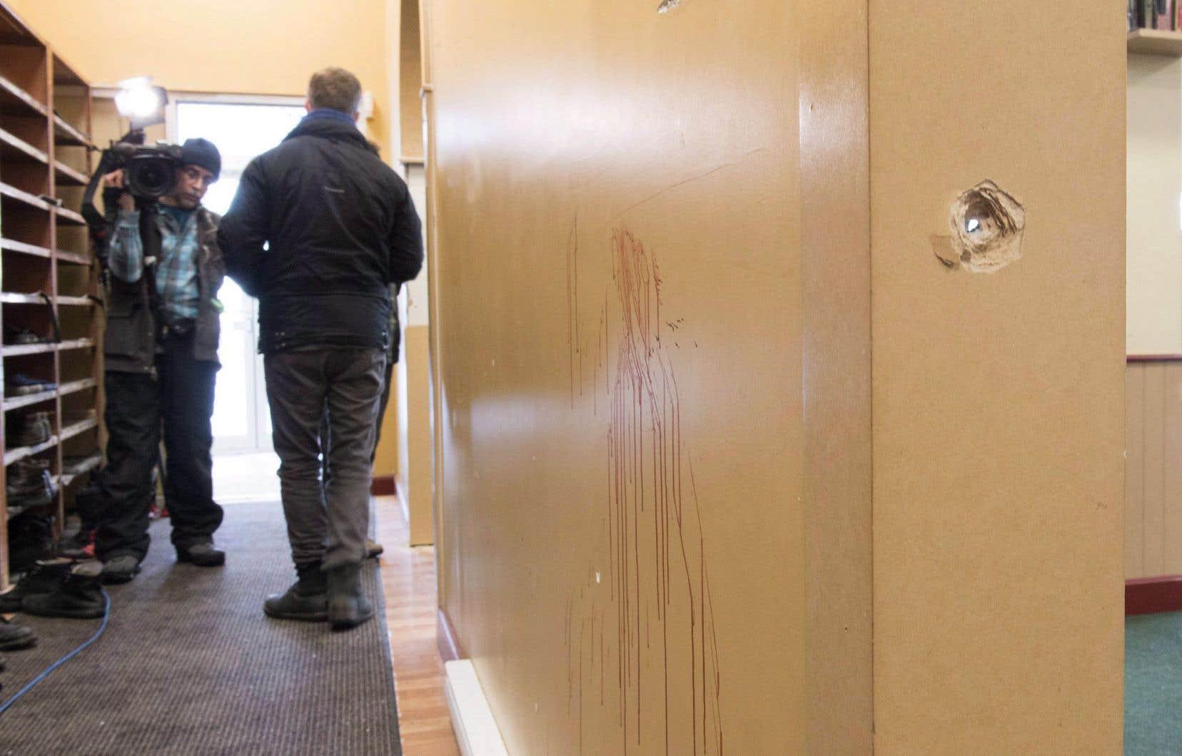 «Armé d'un pistolet et de cinq chargeurs, le tueur a pu tirer jusqu'à dix coups en rafale, d'une telle force que les projectiles ont traversé les murs.»