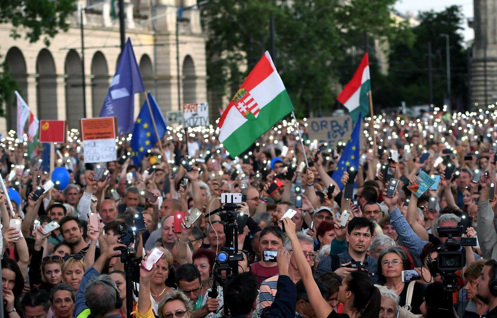 De nombreux drapeaux européens flottaient dans la foule pour cette troisième mobilisation depuis le scrutin du 8avril.