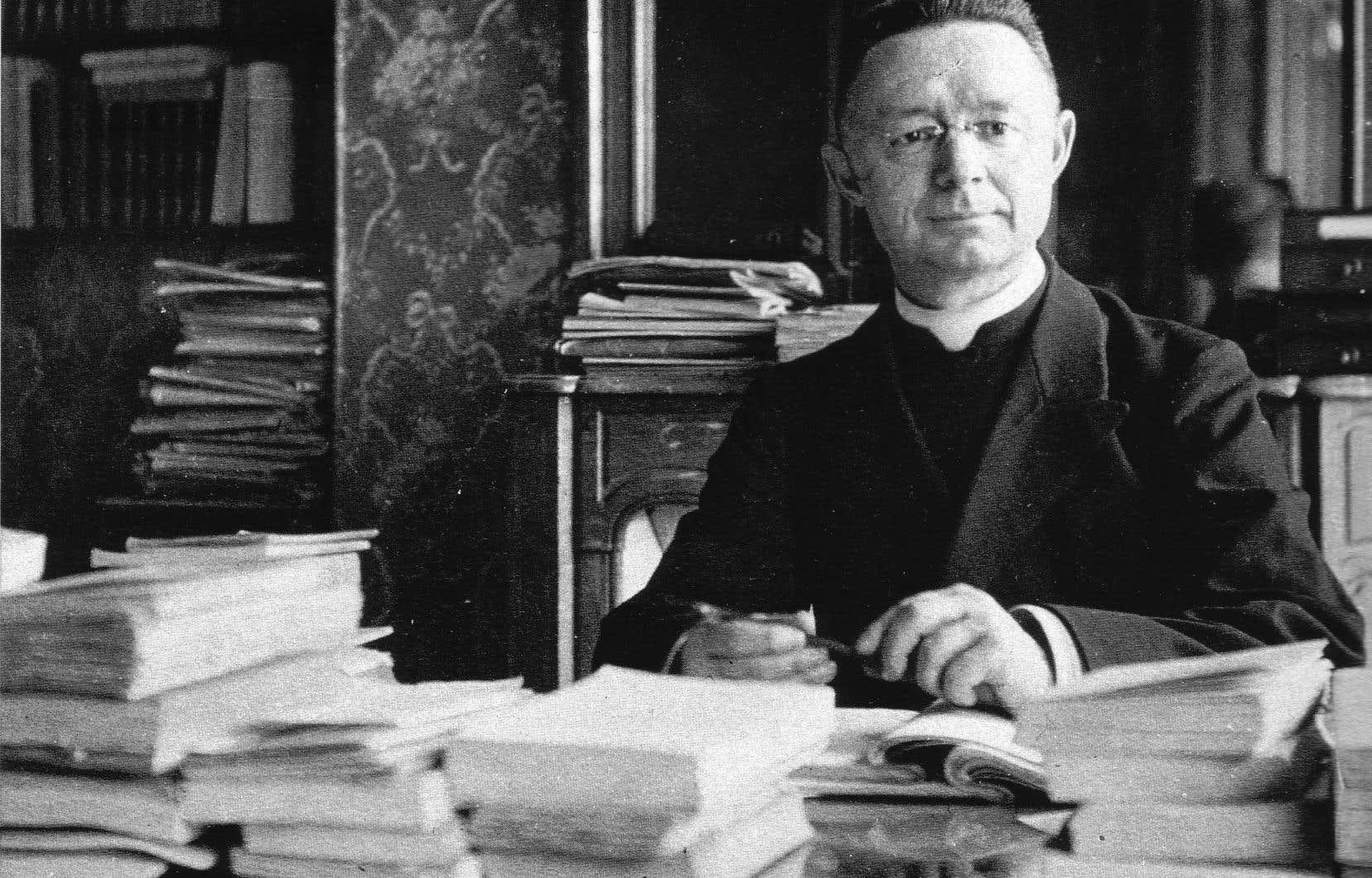Le chanoine dans son bureau de Paris en 1922