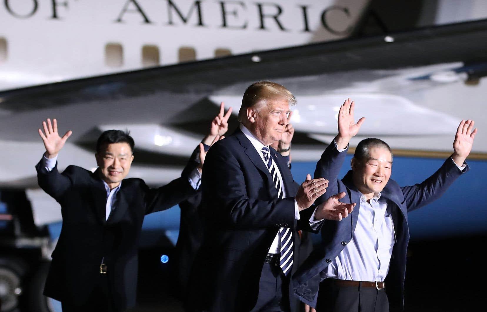 Donald Trump a accueilli jeudi, en pleine nuit, les trois Américains libérés par Pyongyang.