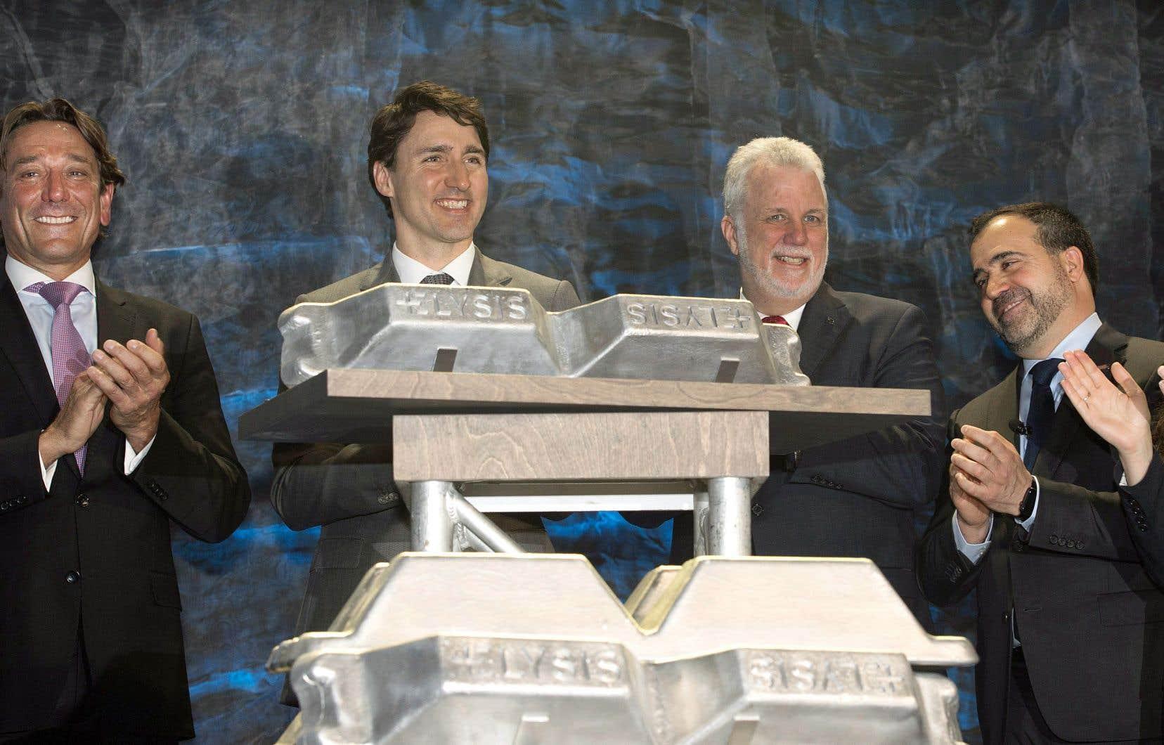 Roy Harvey, p.-d.g. d'Alcoa, Justin Trudeau, Philippe Couillard et Alf Barros, p.-d.g. de Rio Tinto Aluminium, étaient rassemblés à Saguenay pour faire l'annonce jeudi.