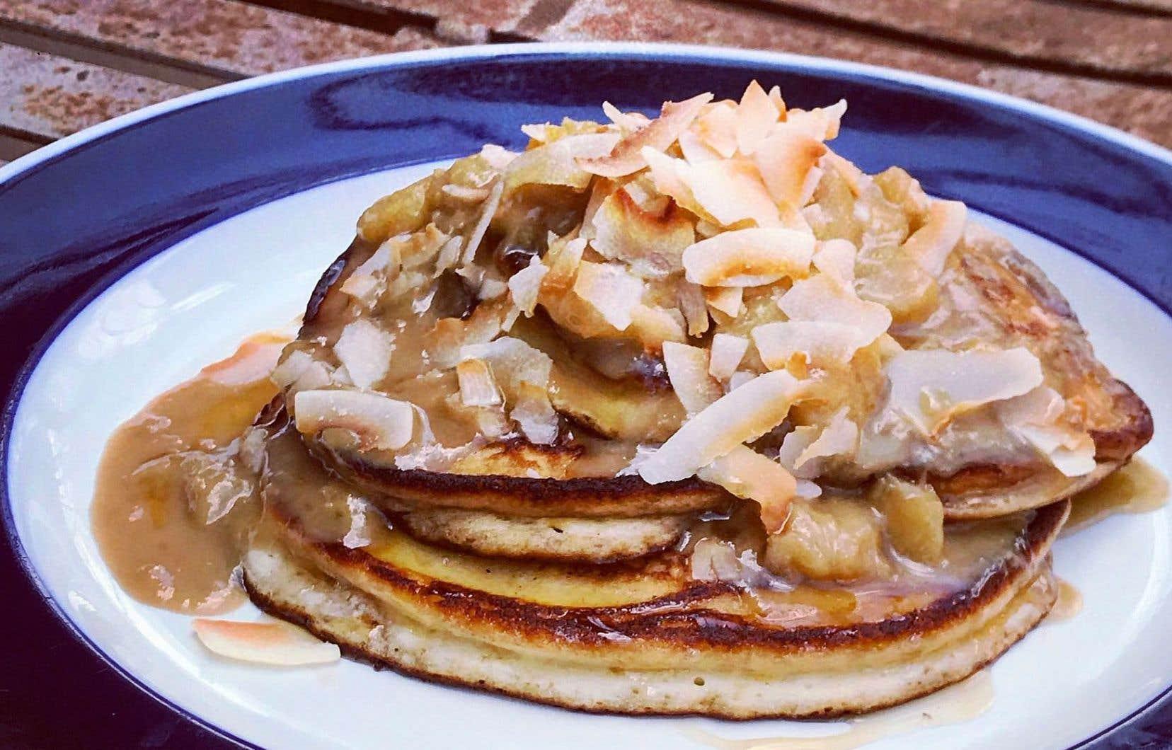 Servir les pancakes avec quelques cuillères de sauce et garnir de flocons de noix de coco grillée.