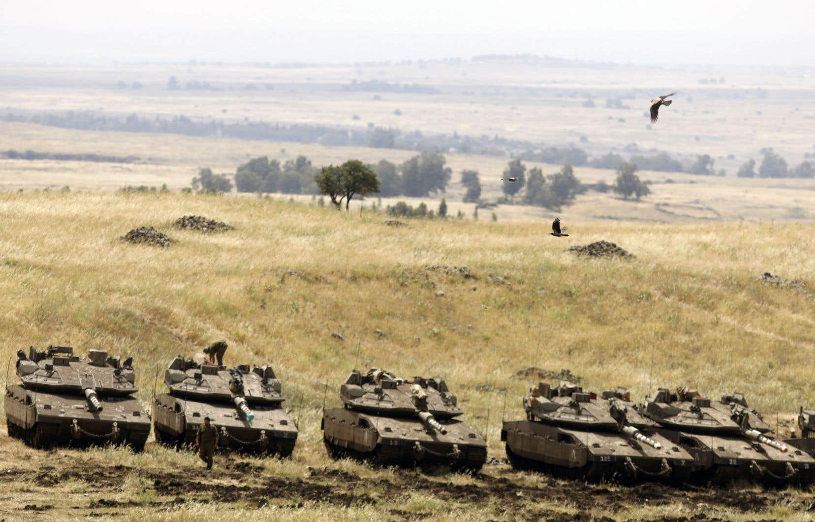 Des tanks de l'armée israélienne sont massés à la frontière avec la Syrie sur le plateau du Golan.
