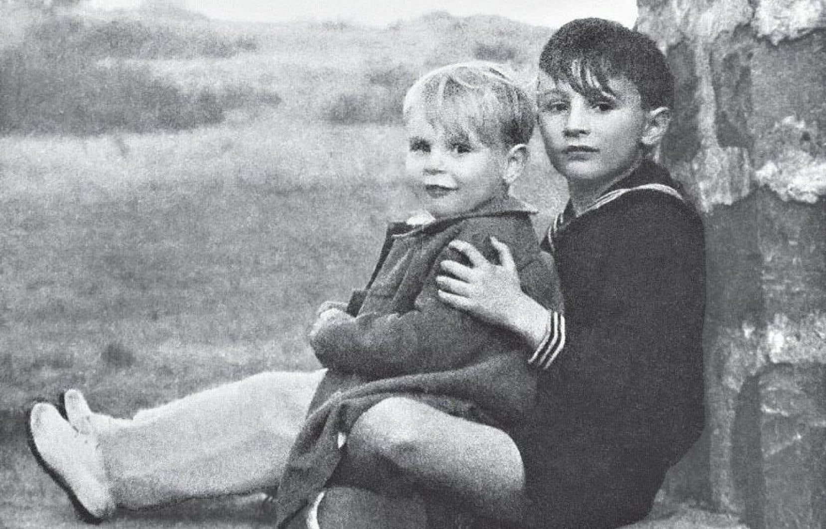 Le petit Daniel Pennac dans les bras de son grand frère Bernard