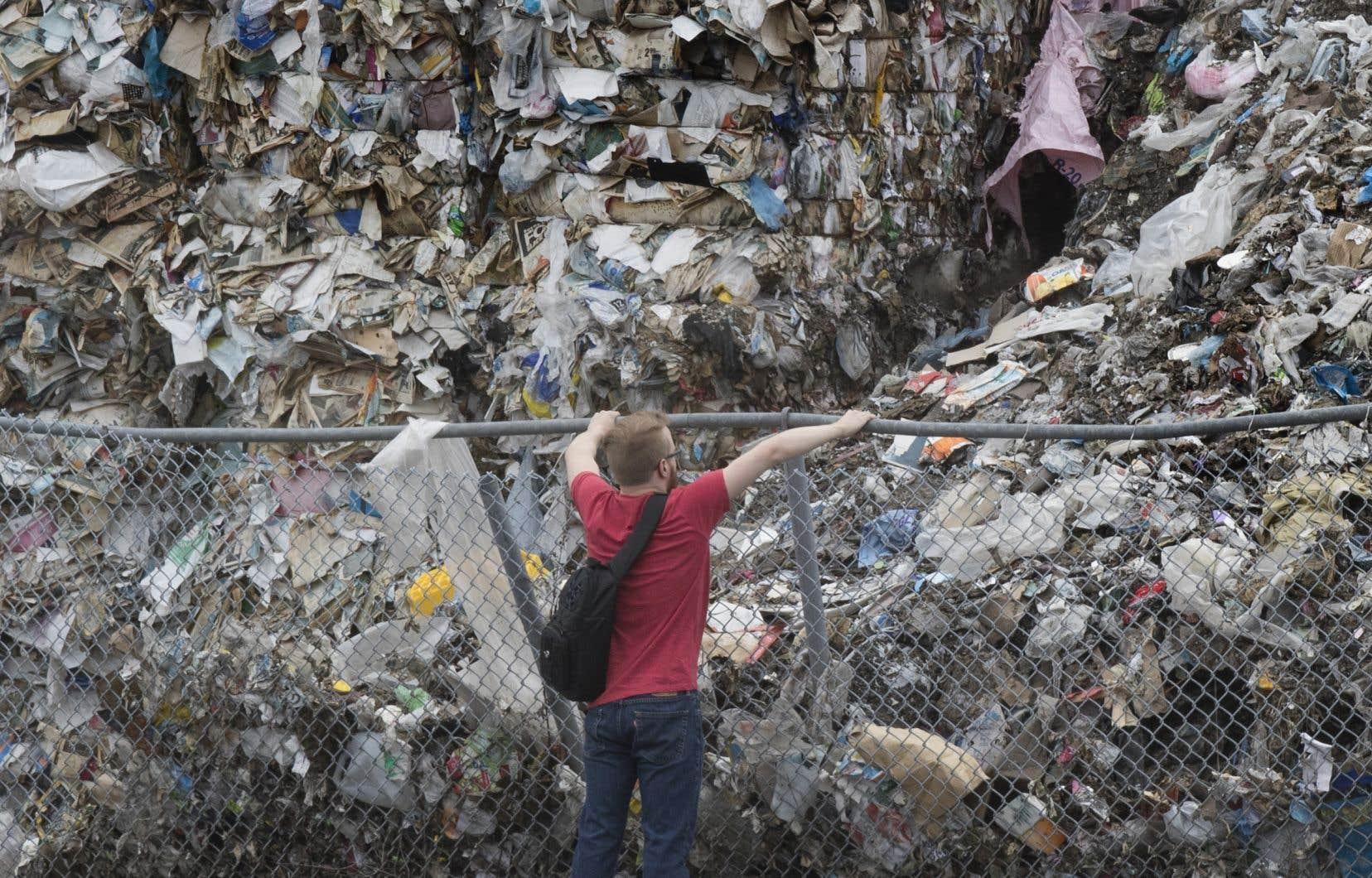 Le papier récupéré est inutilisable en raison de la contamination par d'autres matières et s'accumule depuis que la Chine a décidé qu'elle n'en voulait plus.