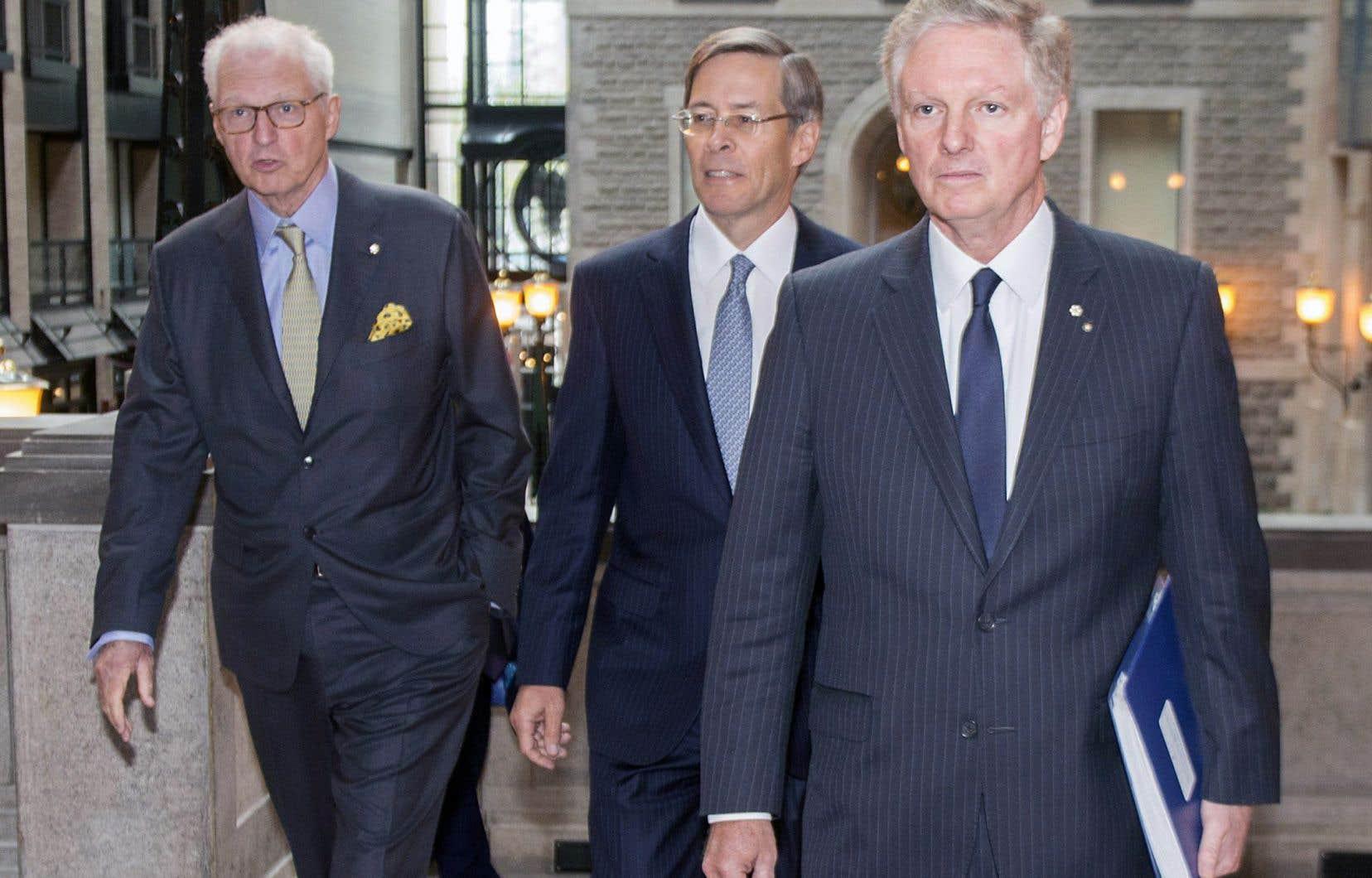 Les deux coprésidents du conseil de la Financière Power, André et Paul Desmarais, (respectivement à gauche et à droite) et le président et chef de la direction, Jeffrey Orr