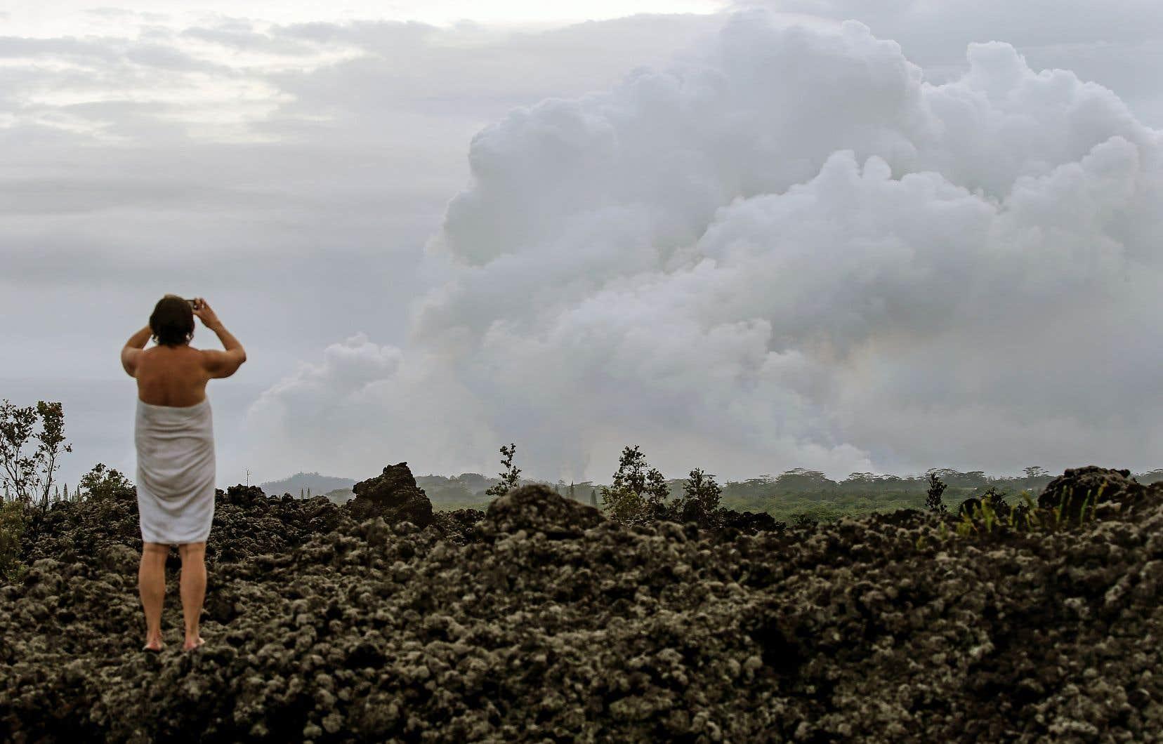 Dans la ville de Pahoa, la fumée issue du volcan était déjà bien visible, jeudi.