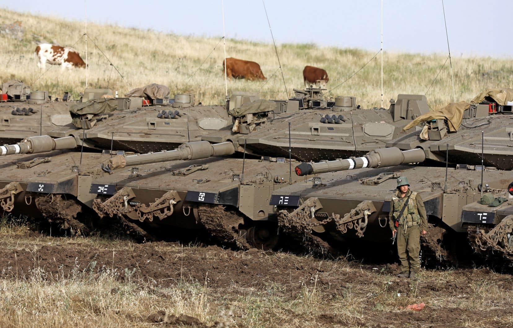 Des tanks israéliens étaient déployés à la frontière syrienne, dans les hauteurs du Golan, jeudi.