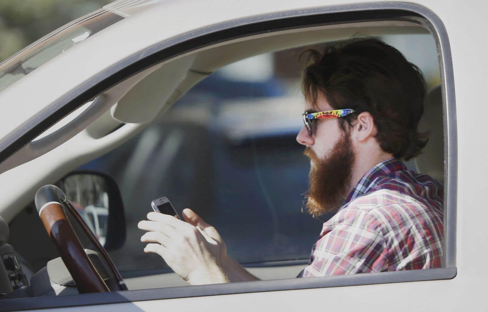 Le nombre d'infractions à la loi interdisant d'utiliser un appareil portatif en conduisant a passé d'environ 68000 en 2013 à quelque 46000 en 2016.