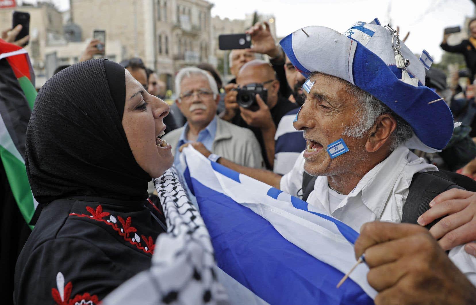 Une Palestinienne et un Israélien se confrontent lors des marches célébrant l'ouverture de l'ambassade des États-Unis à Jérusalem,