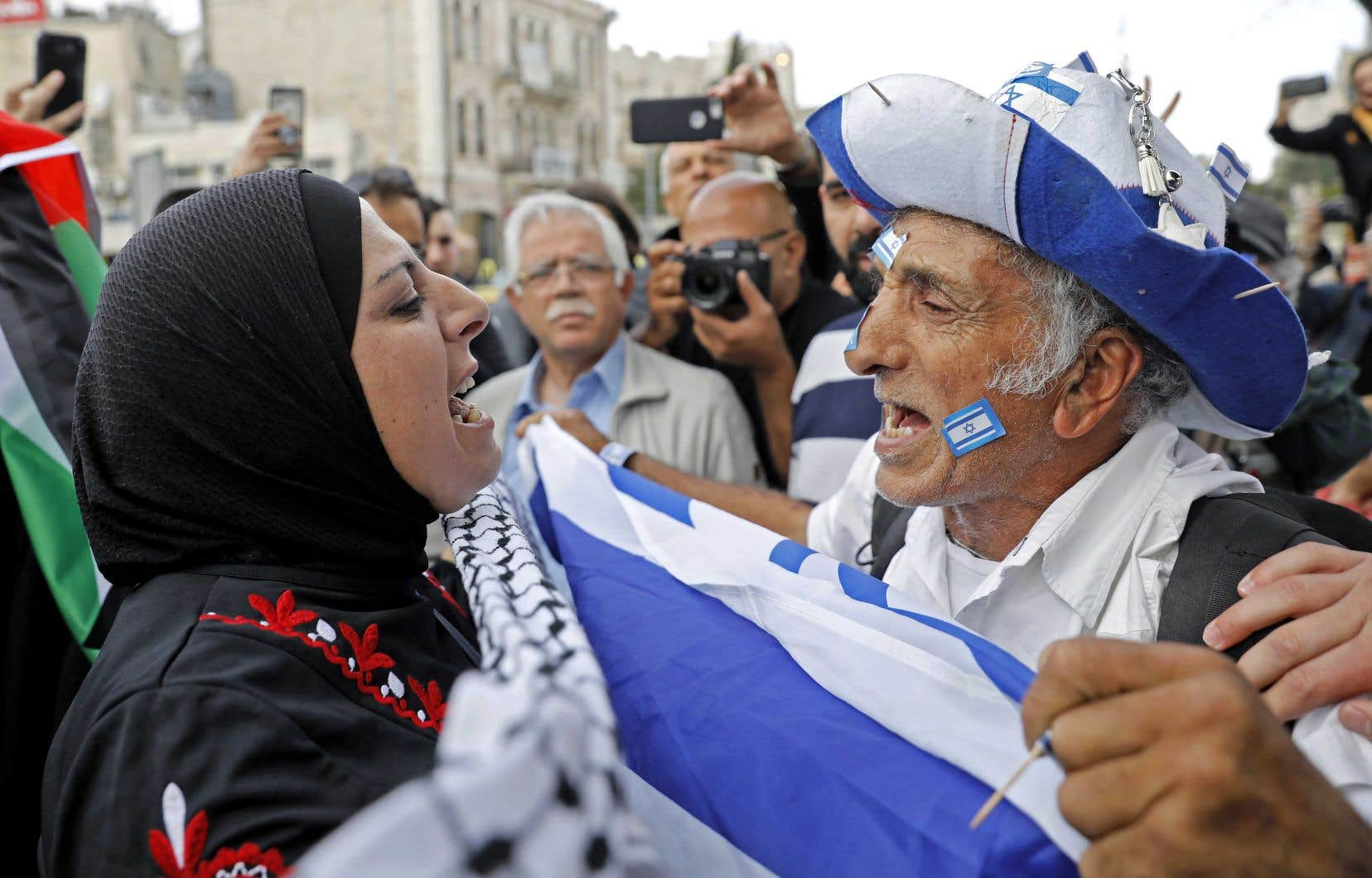 Un Israélien confronte une Palestinienne devant la porte de Damas, à Jérusalem. Alors que le premier célébrait le 51eanniversaire de la prise de Jérusalem-Est dimanche, la deuxième manifestait contre le transfert de l'ambassade américaine dans la ville, qui aura lieu lundi.