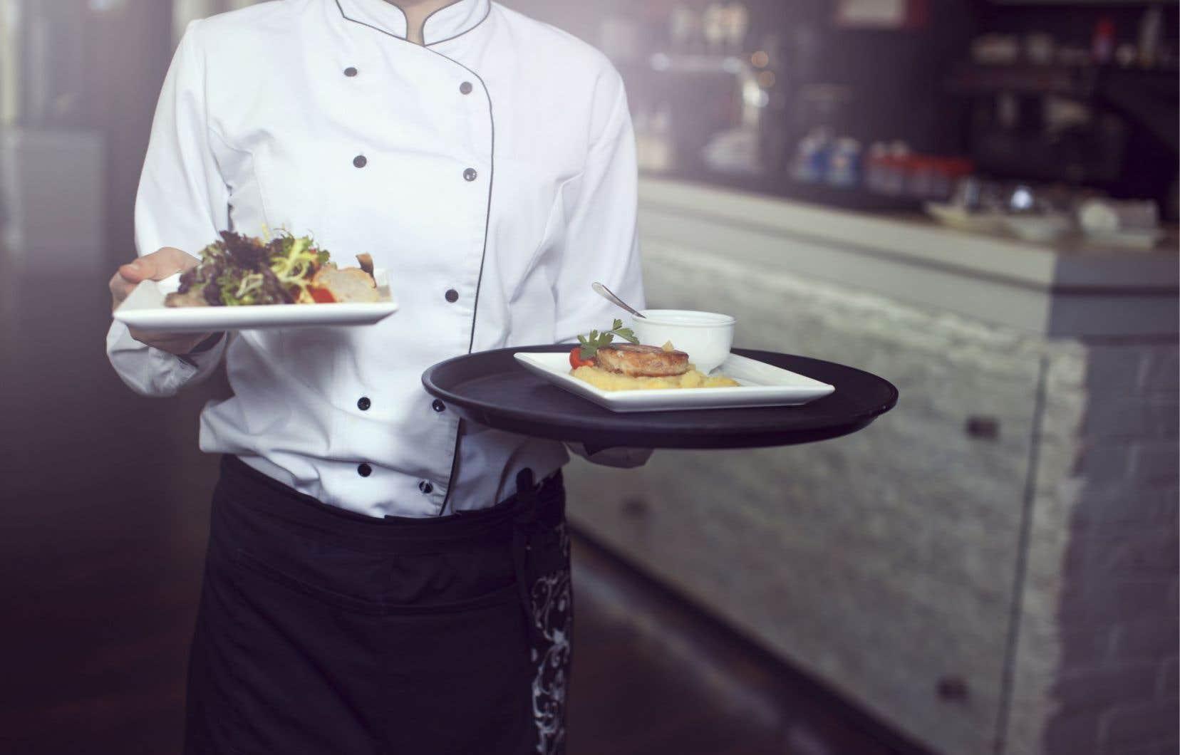 Le salaire horaire moyen des serveurs, incluant les pourboires déclarés, est d'environ 26$ l'heure, alors que la rémunération des cuisiniers tourne autour de 16$ l'heure.