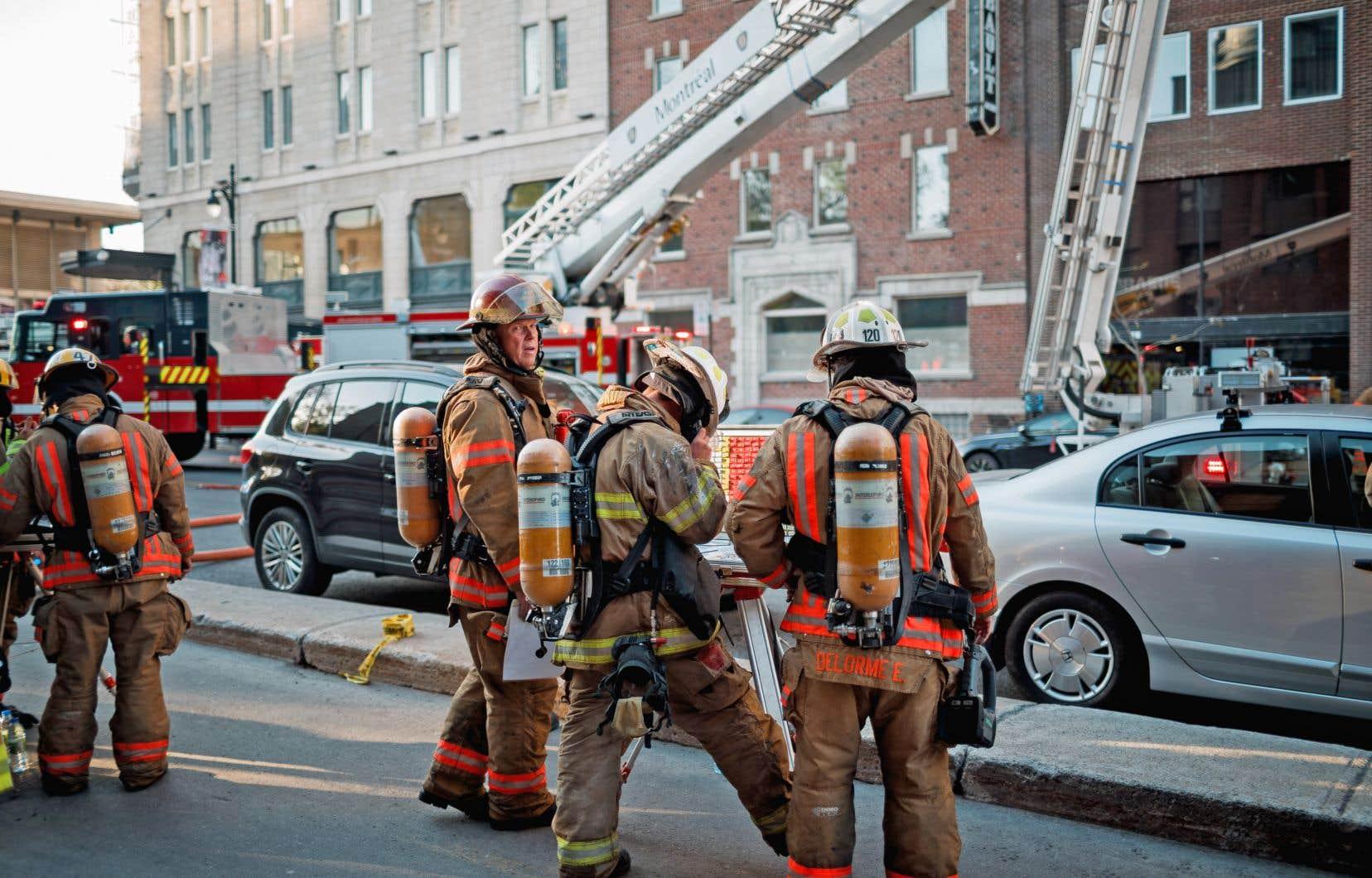 L'équipe du «Devoir» s'est retrouvée à la rue après qu'un feu se fut déclaré vers 17h45 sur le toit du bâtiment de 10 étages situé à l'intersection des rues Sainte-Catherine et Berri.