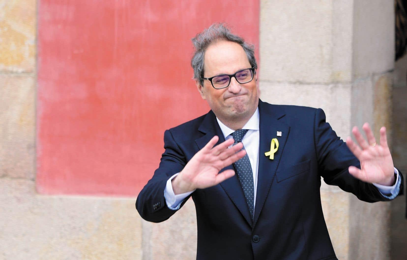 Le nouveau président catalan, alors qu'il quitte le parlement après son élection, lundi, à Barcelone