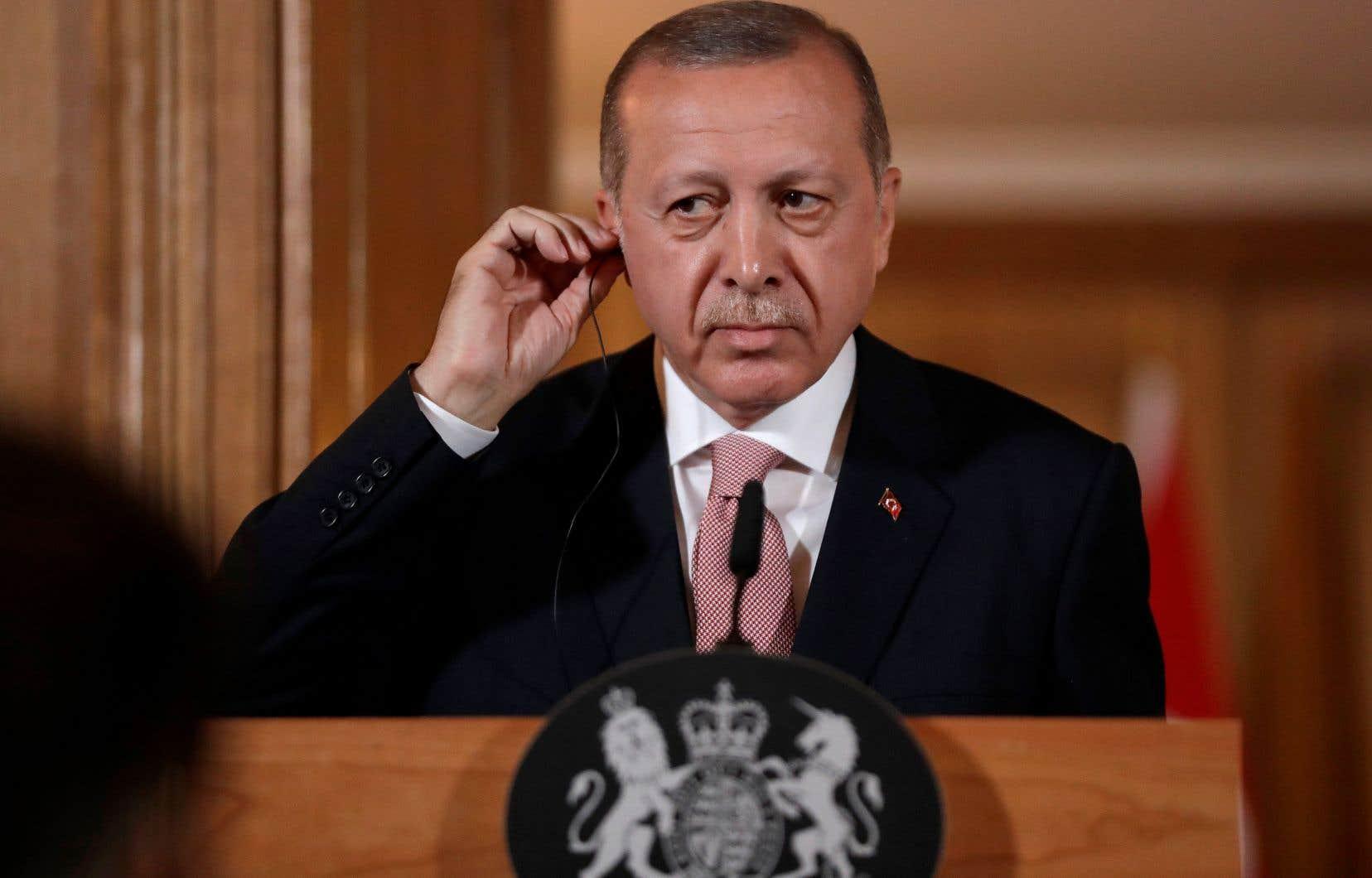 Le président turc Recep Tayyib Erdogan avait déjà demandé à l'ambassadeur israélien à Ankara de partir mardi, tout en rappelant son ambassadeur à Tel-Aviv pour consultations.