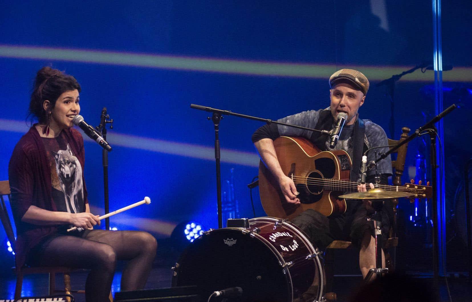 Le duo Chandail de loup, dont la poigne du mode acoustique portait idéalement des harmonies vigoureuses.