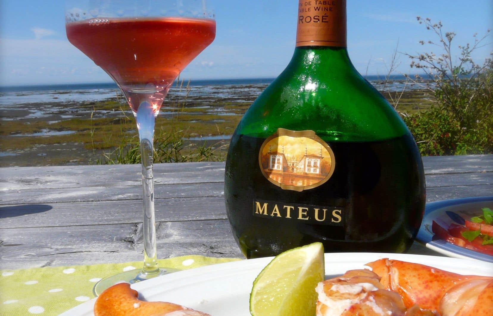 Vous me trouverez sans doute ringard et vieux schnoutte, mais je ne déteste pas du tout serrer la pince à un homard très frais servi avec un Mateus rosé portugais, lui aussi servi très frais.