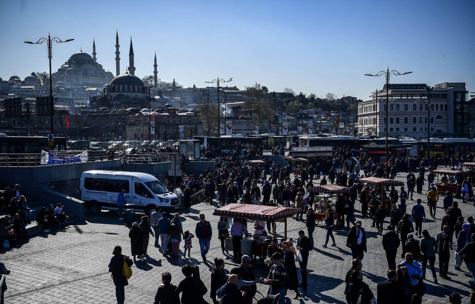 «Istanbul appartient à tous ceux qui veulent bien l'envahir. C'est une ville généreuse qui se laisse manger la laine sur le dos de ses coupoles. Elle est surpeuplée et elle s'en accommode.»