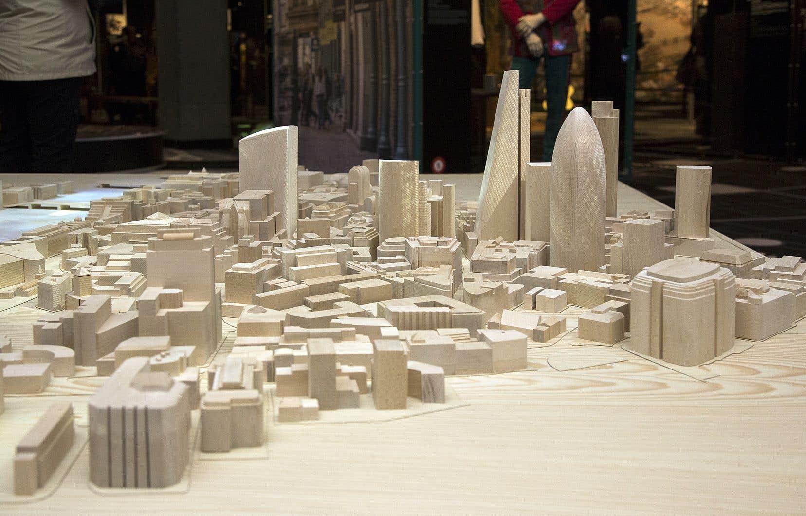 On retrouve notamment dans l'exposition «Ici Londres» une maquette du cœur économique de Londres (la City) au centre de la salle.