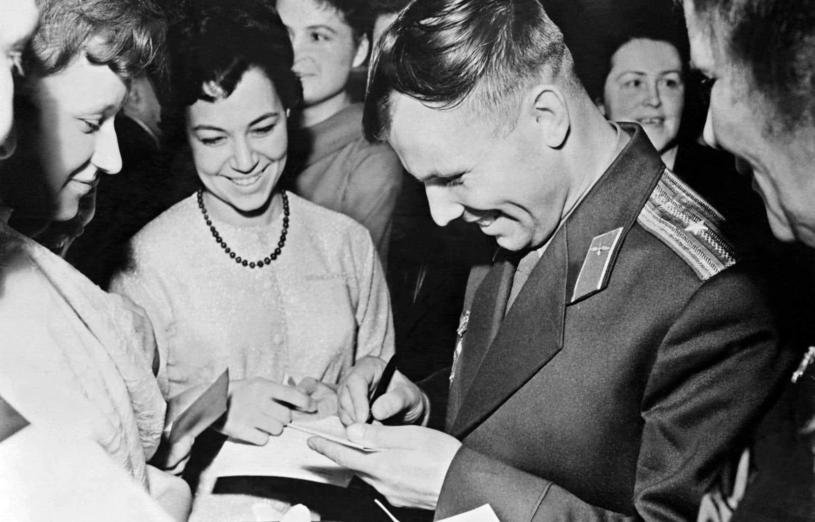 En 1961, le premier homme de l'espace, Youri Gagarine, revient sur la Terre en superstar.